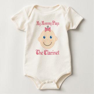 La mamá juega la camiseta del bebé del Clarinet Mamelucos
