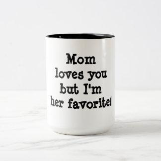 La mamá le ama pero soy su favorito taza dos tonos