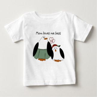 La mamá linda de los pingüinos del dibujo animado remera