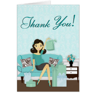 La mamá moderna elegante con los regalos le agrade tarjeta pequeña