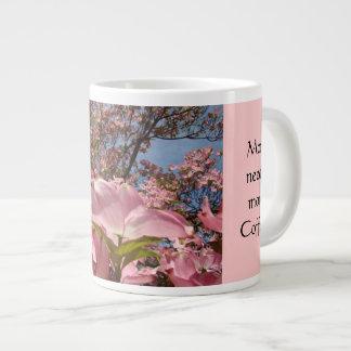 La mamá necesita más taza de café que es sus flore taza grande