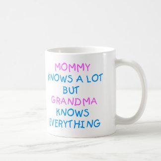 La mamá sabe mucho pero la abuela sabe todo taza de café