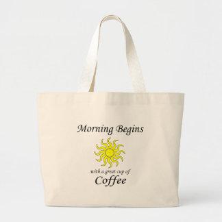 La mañana comienza con una gran taza de café bolsa tela grande