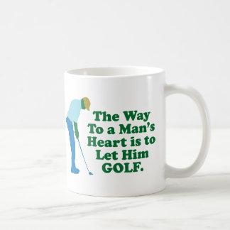 La manera al corazón de un hombre es dejarlo Golf Taza