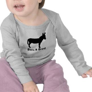 La manga larga de los niños llevada y crió la camiseta