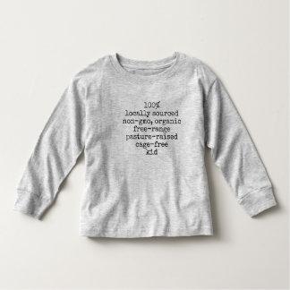 La manga larga embroma al niño de la camiseta el