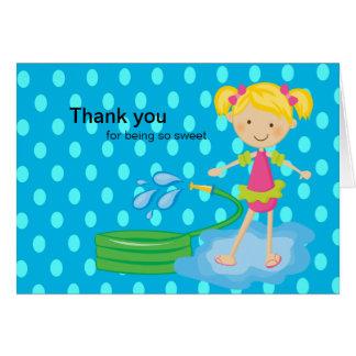 La manguera azul de la fiesta en la piscina de los felicitaciones