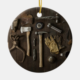 la manitas de madera de la carpintería equipa la adorno navideño redondo de cerámica