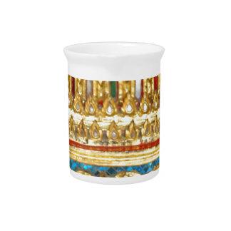 La mano adornada hizo cerámica a mano tailandesa jarra de beber