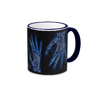 La mano azul radiografía la taza