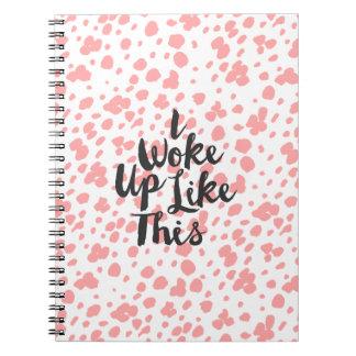La mano blanca coralina moderna dibujada puntea spiral notebooks