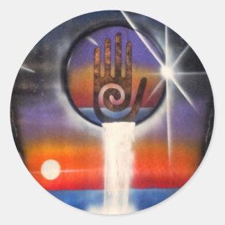 La mano curativa del universo pegatina redonda