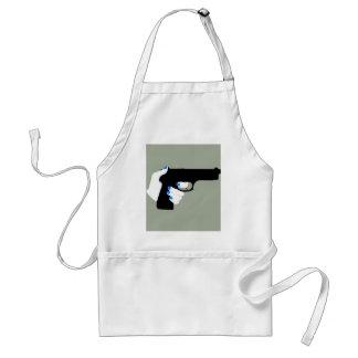 La mano de la mujer en un arma delantal