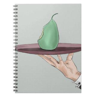 La mano del camarero que sirve una pera comida en note book