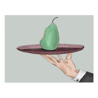 La mano del camarero que sirve una pera comida en postal