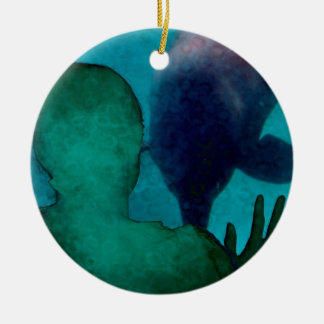 La mano del chica encima de delfínes apoya grunged ornamentos de navidad
