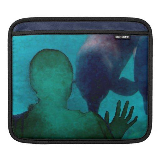 La mano del chica encima de delfínes apoya grunged funda para iPads