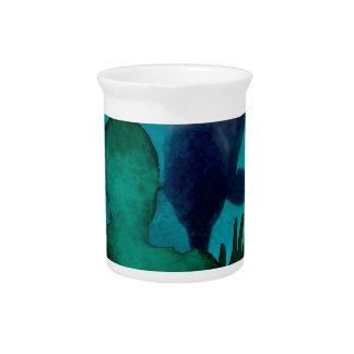 La mano del chica encima de delfínes apoya grunged jarra para bebida