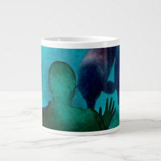La mano del chica encima de delfínes apoya grunged taza grande