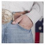 La mano del hombre en el bolsillo de sus vaqueros azulejo cuadrado grande