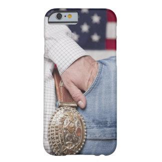 La mano del hombre en el bolsillo de sus vaqueros funda de iPhone 6 barely there