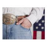 La mano del hombre en el bolsillo de sus vaqueros postales