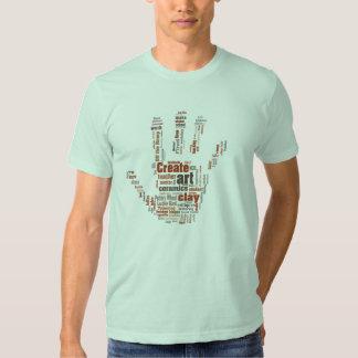 """La """"mano"""" diseñó el arte T de la cerámica Remera"""