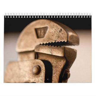 La mano equipa el calendario impreso personalizado