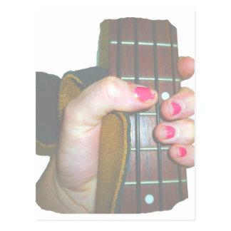 la mano femenina que sostenía el cuello bajo de se tarjeta postal