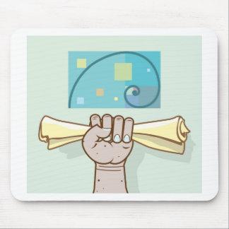 La mano humana lleva a cabo un artículo de papel alfombrillas de ratón