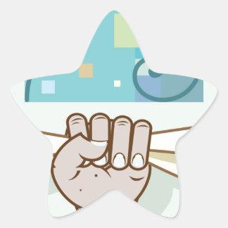 La mano humana lleva a cabo un artículo de papel pegatina en forma de estrella