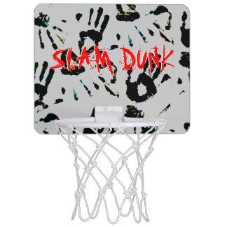 La mano imprime el mini aro de baloncesto de la minicanasta