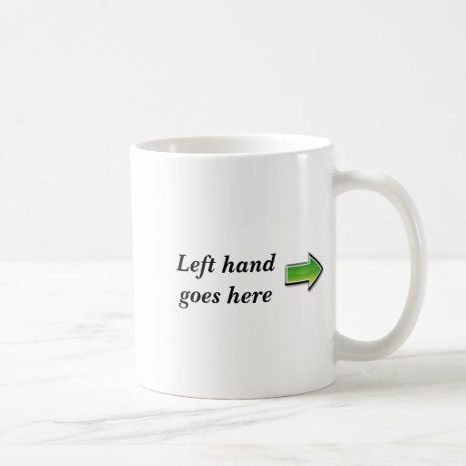 La mano izquierda va aquí taza básica blanca