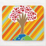 La mano y el árbol de la tierra del amor Mousepad Tapete De Ratones