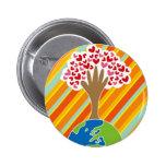 La mano y el árbol de la tierra del botón del amor pin