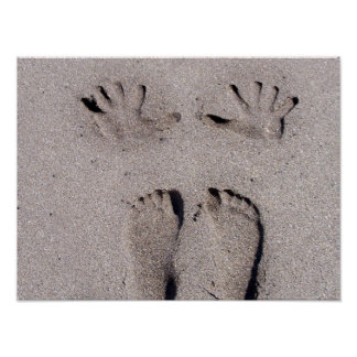 La mano y los pies imprime en arena de la playa de posters