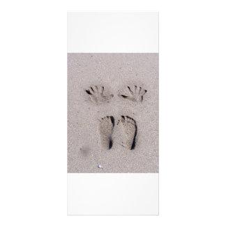 La mano y los pies imprime en arena de la playa de tarjetas publicitarias personalizadas