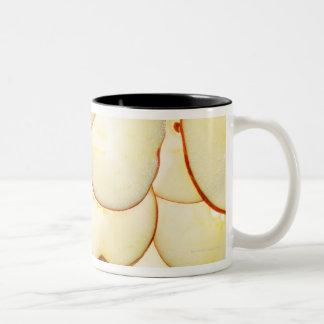 la manzana corta retroiluminado y dispuesta en taza de dos tonos