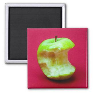 La manzana verde mordiscó imán cuadrado