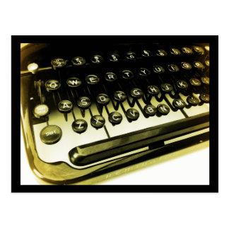 La máquina de escribir antigua del vintage cierra  tarjeta postal