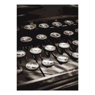 La máquina de escribir antigua vieja cierra blanco