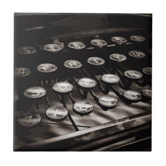 La máquina de escribir antigua vieja cierra blanco tejas