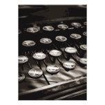 La máquina de escribir antigua vieja cierra blanco invitaciones personalizada