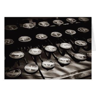 La máquina de escribir antigua vieja cierra blanco tarjeta pequeña