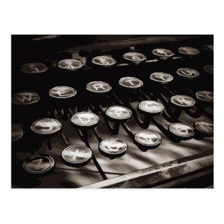 La máquina de escribir antigua vieja cierra blanco tarjetas postales