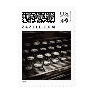La máquina de escribir antigua vieja cierra blanco timbres postales