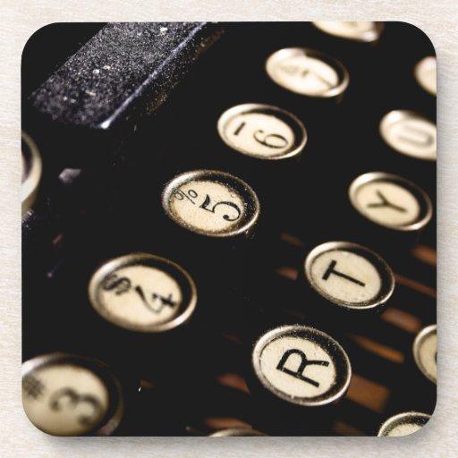 La máquina de escribir del vintage cierra el práct posavasos de bebida