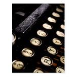 La máquina de escribir del vintage cierra la tarjetas postales