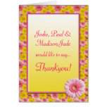 La margarita amarilla rosada del Gerbera florece a Felicitaciones