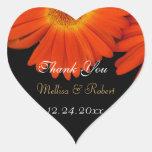 La margarita anaranjada elegante del gerbera calcomanías corazones personalizadas
